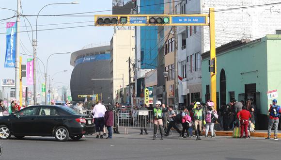 La Policía Nacional e inspectores de la Municipalidad de Lima agilizarán el tránsito en las calles cerradas. (GEC)