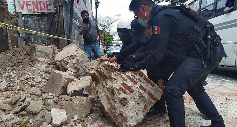 Policías y elementos de Protección Civil levantan parte de una barda derrumbada en la ciudad de Oaxaca (México). El terremoto de magnitud 7,5 que sacudió este martes con fuerza el centro y sur del país deja al menos un muerto. (EFE/Daniel Ricardez).