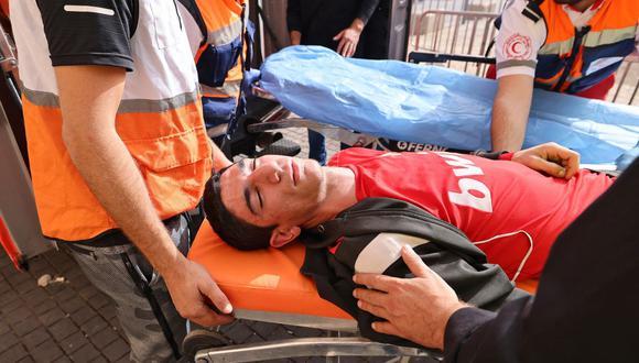 Médicos palestinos evacuan a un manifestante herido en medio de enfrentamientos con las fuerzas de seguridad israelíes en la Ciudad Vieja de Jerusalén el 10 de mayo de 2021. (Foto de EMMANUEL DUNAND / AFP).