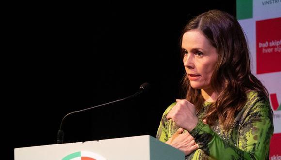 La primera ministra de Islandia, Katrin Jakobsdottir, habla con partidarios de su Movimiento de Izquierda Verde en un evento en Reykjavik el 25 de septiembre de 2021. (TOM LITTLE / AFP).