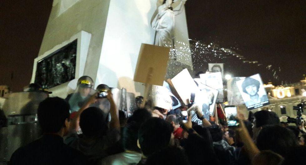 Policía trató de dispersar a manifestantes en la plaza San Martín. (Jorge Malpartida)