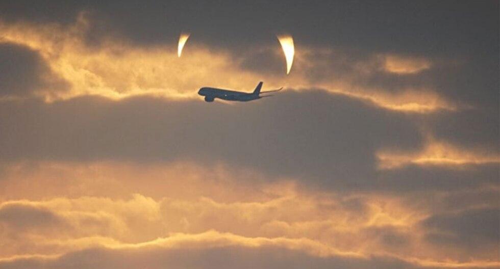 """A medida que amanecía, el sol eclipsado emergía del agua como si fueran los """"cuernos del diablo"""" y el hecho causó sensación en todos los rincones del Internet. (Foto: Elias Chasiotis en Facebook)"""