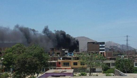 SJL: incendio en Malecón Checa movilizó 10 unidades de bomberos