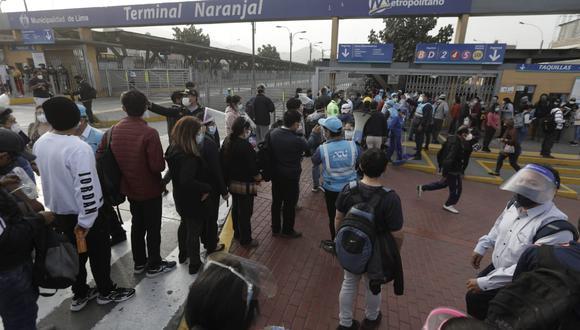 Así lucía en la mañana la estación El Naranjal del Metropolitano: las personas hacían cola para poder ingresar. (Foto: GEC)