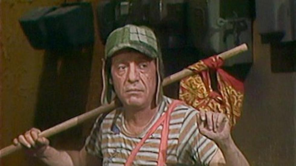 """""""El Chavo del 8"""". Icónica escena en la que el Chavo (Roberto Gómez Bolaños) se va de la vecindad. Algo así podría ocurrir en la vida real, pero en todo el mundo. Captura: Televisa."""