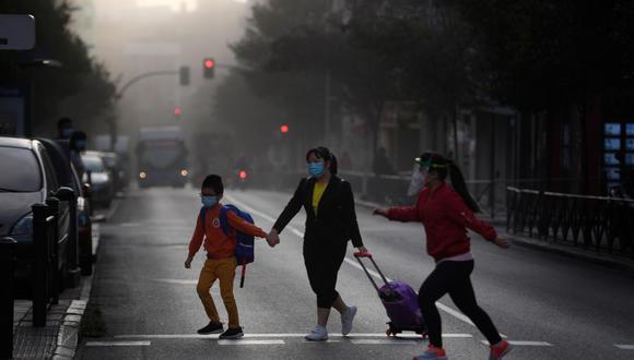 Una mujer lleva a sus niños a la escuela en un barrio bajo bloqueo parcial en Madrid, el 21 de septiembre de 2020. (OSCAR DEL POZO / AFP)