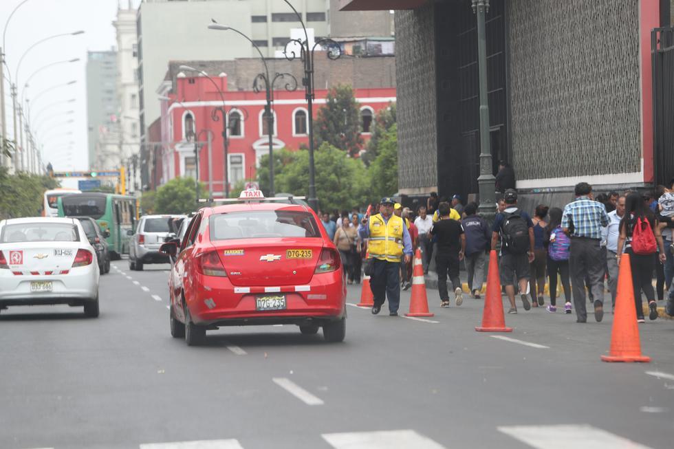 Choferes de colectivos usan varias calles como paraderos. Pasajeros también provocan caos deteniendo a estos taxistas informales en lugares no autorizados. (Foto: Rolly Reyna / El Comercio)