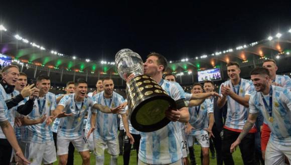 Lionel Messi besando la Copa América 2021. Su primer gran título con la 'Albiceleste'. (Foto: Agencias)