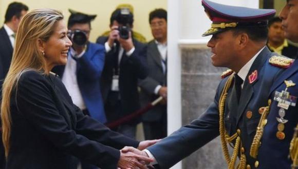 La presidenta interina de Bolivia junto con el nuevo comandante en jefe de las FF.AA. del país sudamericano. (AFP).