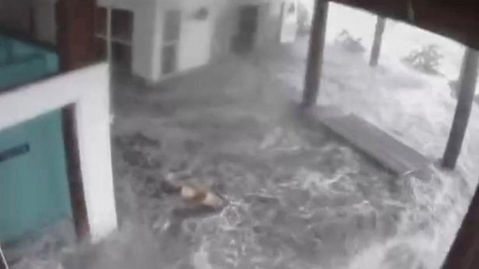 In Grand Isle, Louisiana, the water entered a building near the beach. A video broadcast on social networks showed how waves arrived accompanied by strong winds and rain in the most intense moments of the storm. (REUTERS).