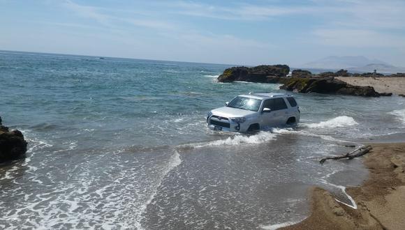 Unidad quedó atascada en la orilla de la playa por varias horas. (Foto: Cortesía PNP)