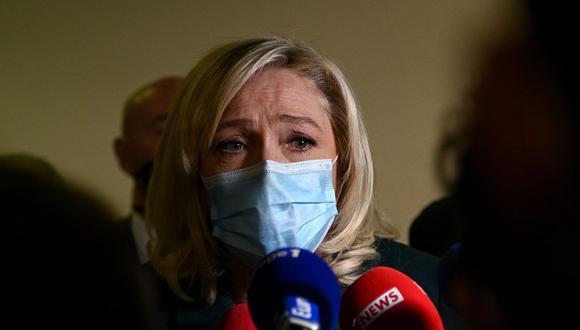 Marine Le Pen declara a la prensa cuando después de una audiencia en su juicio por tuitear imágenes de las atrocidades del grupo Estado Islámico. (Foto de Christophe ARCHAMBAULT / AFP).