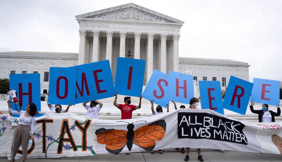 Los defensores de la inmigración se reúnen fuera de la Corte Suprema luego del fallo sobre el DACA en Washington, DC (Estados Unidos). (EFE/EPA/MICHAEL REYNOLDS).