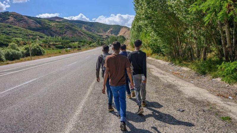 Los migrantes deben estar preparados para todo, incluso caminar grandes distancias. (Foto: Getty Images)