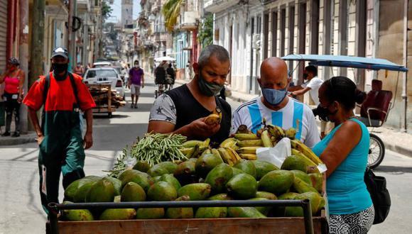 Varias personas compran verduras a un vendedor ambulante en La Habana (Cuba). (Foto: EFE/Yander Zamora).