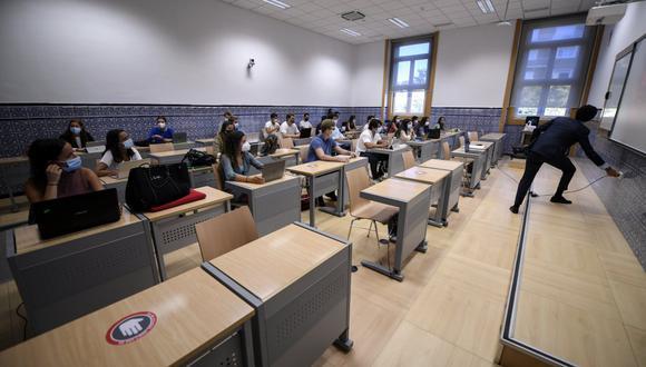 Profesor no usaba mascarilla en clase, dio positivo por coronavirus y ahora sus 40 alumnos están confinados. (Foto referencial: OSCAR DEL POZO / AFP)