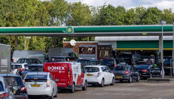Los autos hacen cola para usar las bombas de combustible en la estación de servicio BP Plc cerca de Guildford, Reino Unido. (Foto: Jason Alden / Bloomberg).