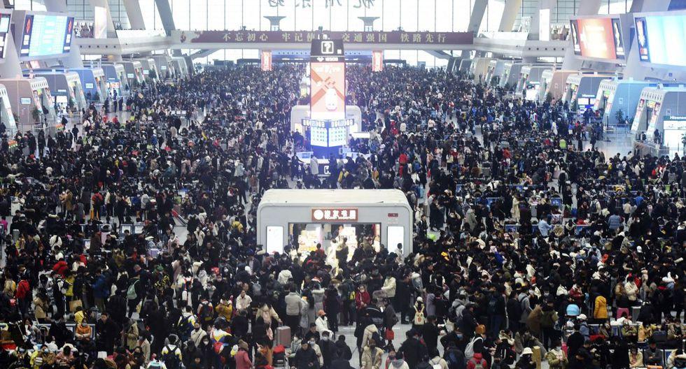 Los viajeros esperan trenes en la estación de tren de Hangzhou East en Hangzhou, en la provincia oriental china de Zhejiang. (Foto: AP)