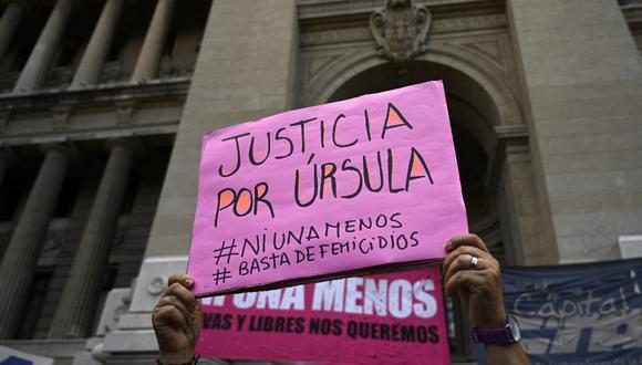 Una mujer sostiene una pancarta exigiendo justicia para Ursula Bahillo, una mujer asesinada por su expareja. (Foto de JUAN MABROMATA / AFP).