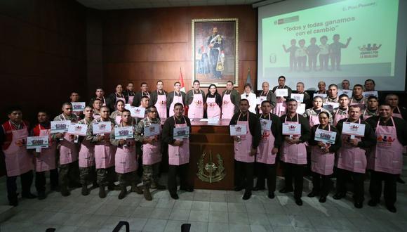 Montenegró restó importancia a las críticas en redes sociales por el hecho de que los miembros lucieran mandiles de color rosado en el lanzamiento de la campaña (Foto: Andina)