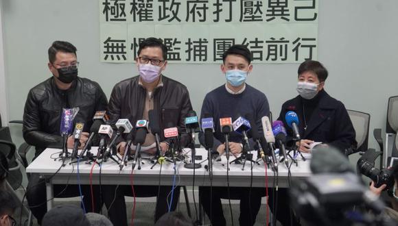 Los exlegisladores del Partido Demócrata Andrew Wan, izquierda, Lam Cheuk-ting, segunda a la izquierda, y Helena Wong, derecha, asisten a una conferencia de prensa después de ser liberados bajo fianza en Hong Kong, el viernes 8 de enero de 2021. (Foto: AP Photo/Kin Cheung).