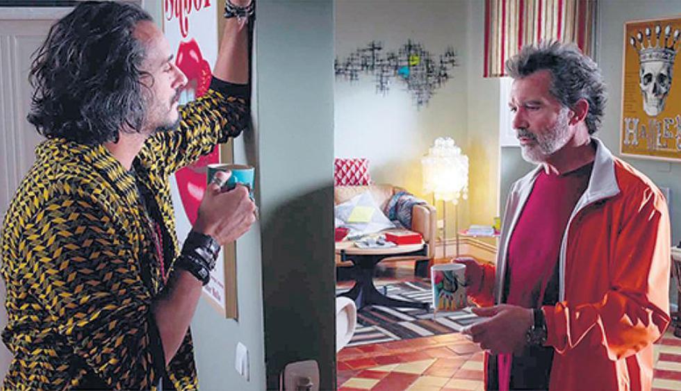 Dolor y Gloria, 2019. En esta escena vemos una sala moderna con toque vintage. El color rojo se reparte en distintos elementos decorativos, como tapices, cojines y cuadros.