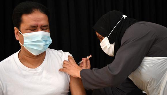 Personal sanitario administra una inyección de la vacuna Astrazeneca / Oxford Covid-19 en un centro de vacunación de Londres, Reino Unido. (Foto de JUSTIN TALLIS / AFP).