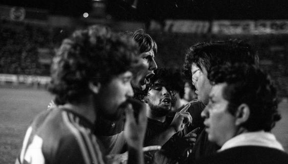 Gareca y Maradona, compañeros en Boca del 81 y la selección del 85 en Argentina. De fondo, la vieja torre del Estadio Nacional. FOTO: Archivo Histórico El Comercio