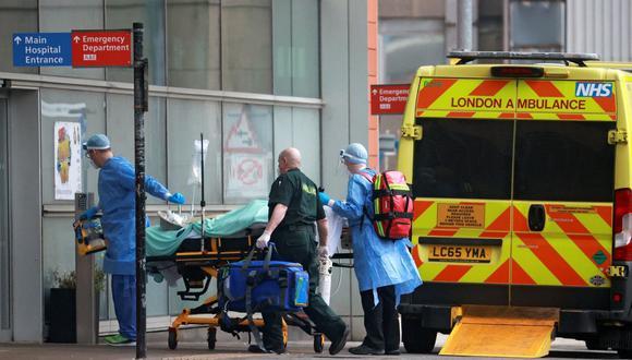 Los médicos transportan a un paciente desde una ambulancia al Royal London Hospital mientras continúa la propagación de la enfermedad por coronavirus (COVID-19) en Londres, Reino Unido, el 1 de enero de 2021. (REUTERS/Hannah McKay).