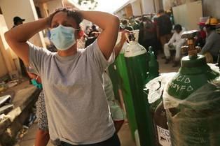 Desesperación de familiares de pacientes en el Hospital Regional de Iquitos ante la falta de balones de oxígeno. (Foto AFP)