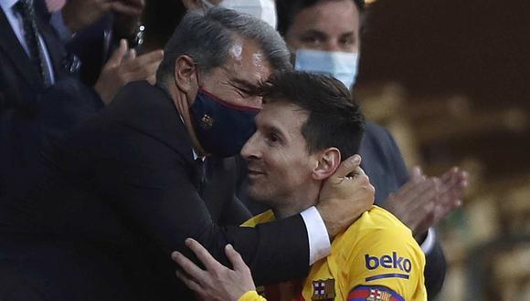 El efusivo abrazo entre Lionel Messi y Joan Laporta tras conseguir la Copa del Rey. (Foto: AP)