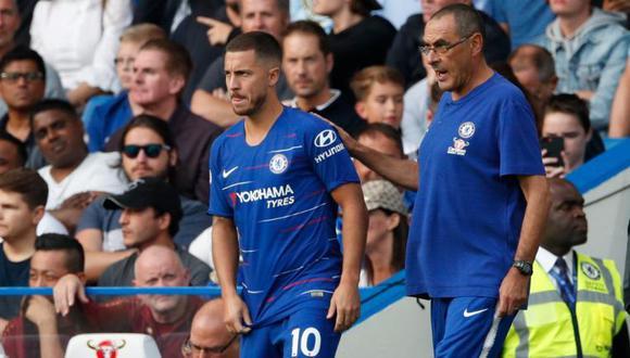 Hazard recibiendo las indicaciones de Sarri antes de un partido de Premier League. (Foto: AP)