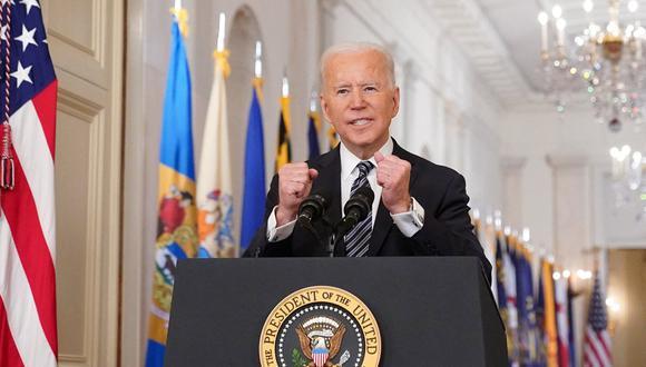 El presidente de los Estados Unidos, Joe Biden, hace gestos mientras habla en el aniversario del inicio de la pandemia del COVID-19, en el East Room de la Casa Blanca en Washington, DC el 11 de marzo de 2021. (Foto: MANDEL NGAN / AFP)