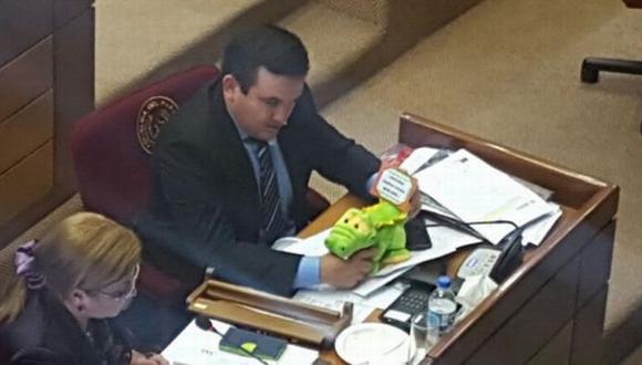 Paraguay: Caimán de juguete obliga a suspender sesión en Senado