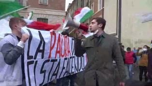 La policía contiene tensa manifestación en Roma contra los cierres por COVID