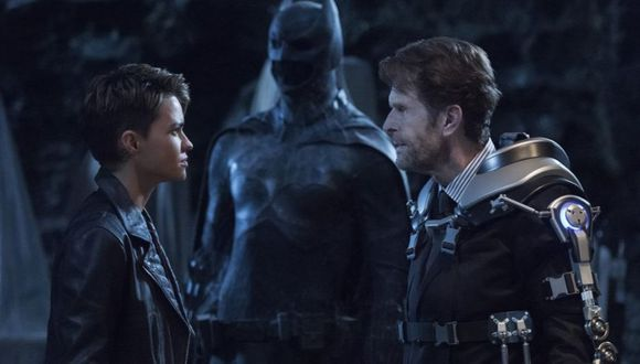 Hasta Bruce Wayne ha aparecido en el Arrowverse, aunque una versión poco esperada (Foto: The CW)