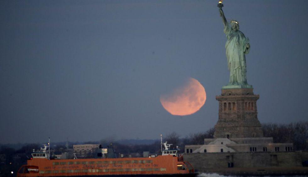 La Estatua de la Libertad y el Ferry de Staten Island cubiertos  por la superluna. (Foto: AP)