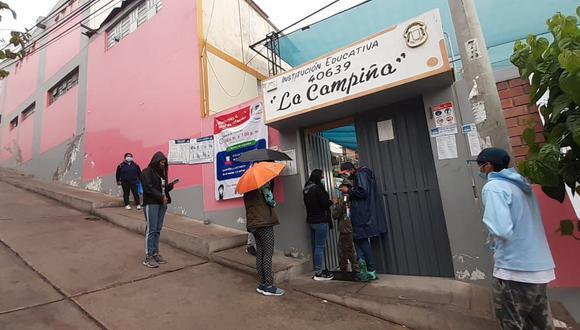 En algunas instituciones educativas, los votantes llegaron provistos con paraguas o impermeables para ejercer su derecho a sufragar. (Foto: GEC)