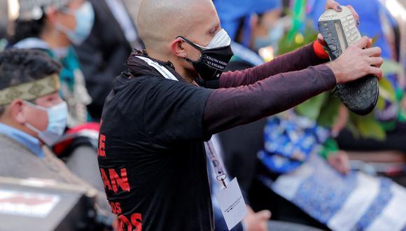 Rodrigo Rojas muestra en la Asamblea Constituyente que ha sido rociado con cañones de agua de la policía antidisturbios chilena durante enfrentamientos el 4 de julio de 2021. (JAVIER TORRES / AFP).