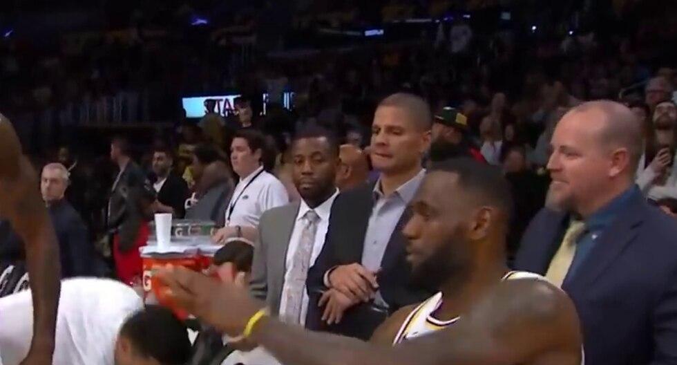 LeBron James quiso chocar los cinco con su compañero Dwight Howard pero cuando este lo ignoró sin querer, la superestrella de la NBA tuvo una original reacción. (Foto: MLG Highlights en YouTube)