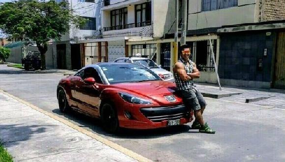 Samuel Santacruz Chinoapaza ( 31 ) luciéndose en un lujoso automóvil. (Foto: El Comercio)