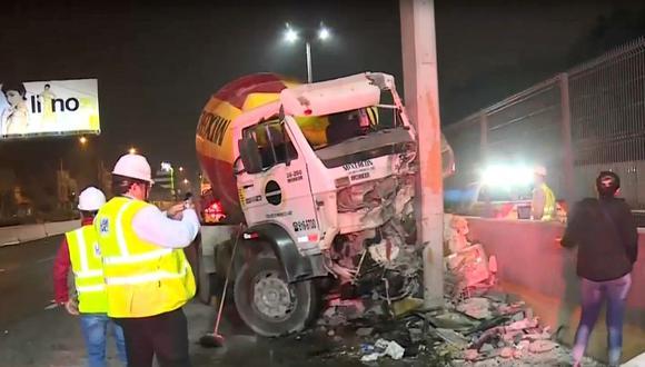 Camión mezcladora de cemento fue llevado a la clínica tras impactar contra un pilar del puente peatonal Caja de Agua en la Vía Evitamiento (Captura: América Noticias)