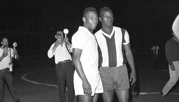"""ALIANZA LIMA VS SANTOS DE BRASIL (1-4) EN EL ESTADIO NACIONAL. EN LA IMAGEN PELE (I) Y JOSE """"PERICO"""" LEON"""" (D). LIMA, 29 DE ENERO DE 1966. FOTO: Archivo Histórico El Comercio."""