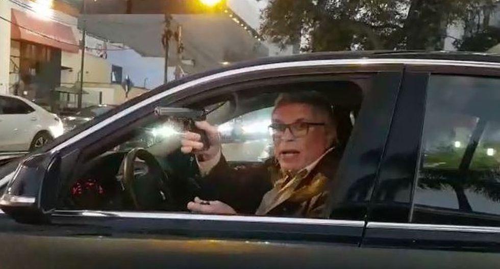 Manuel Liendo Rázuri mostró su arma de fuego a un chofer que le increpó por manejar en sentido contrario. (Facebook)