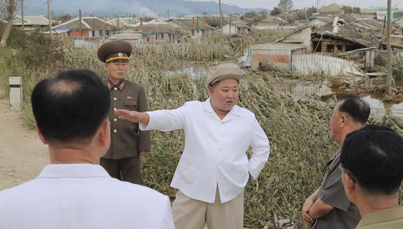 El líder norcoreano Kim Jong-un recorre un área dañada por el tifón Maysak en la provincia de Hamgyong del Sur. (Foto de STR / KCNA A TRAVÉS DE KNS / AFP).