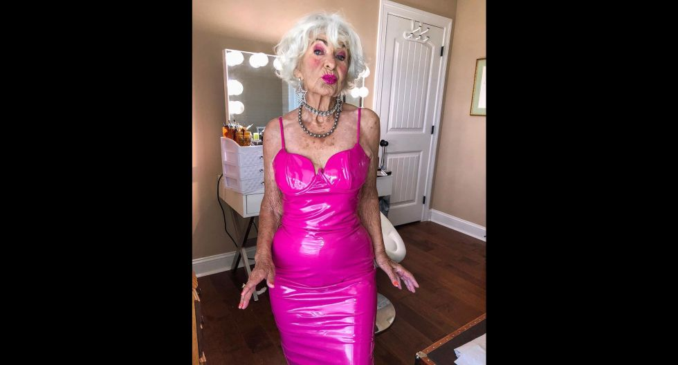 Baddie siempre esta en tendencia, ya que también opta por vestidos de látex en tonos muy llamativos, como en el de este caso. (Foto: @baddiewinkle)