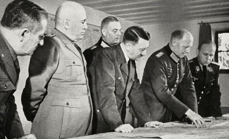 En la Guarida del Lobo, agosto de 1941: Hitler (c) y Mussolini (2º izq) estudian mapas del frente ruso.( Foto: GETTY IMAGES, vía BBC Mundo).