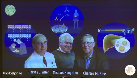 En la imagen se puede observar a los tres virólogos galardonados. El Nobel de Medicina es el primero de la ronda de estos prestigiosos premios. (Captura / YouTube / Nobel Prize)