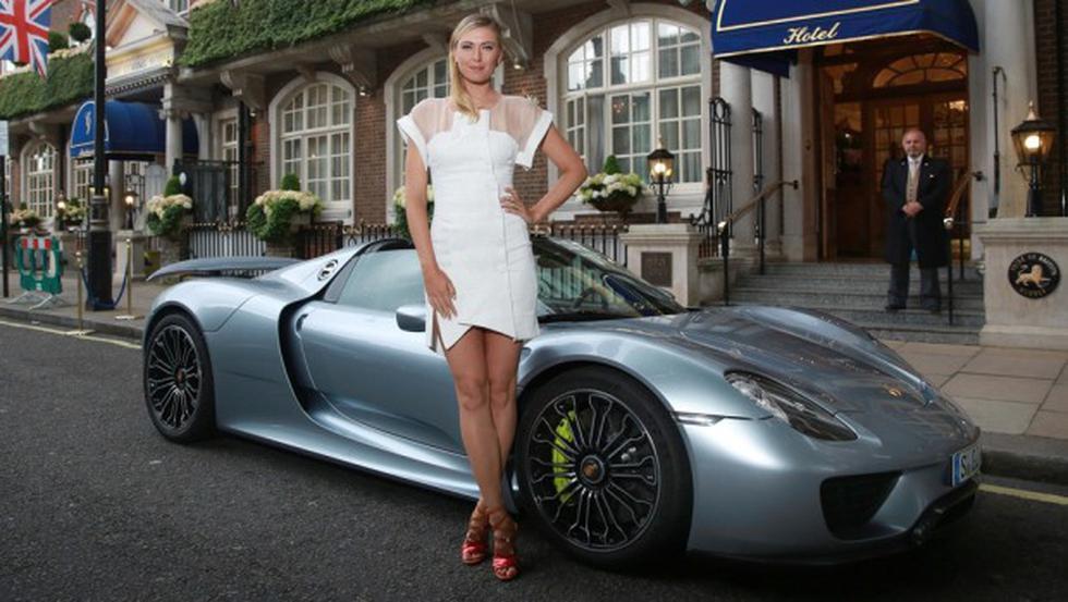 Sharapova llegó a la fiesta de Wimbledon en un Porsche - 1