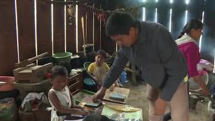 Maestros se resisten a abandonar a sus alumnos en región indígena de México